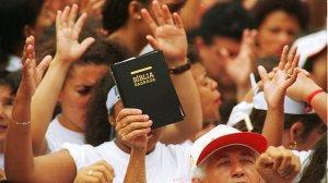protestantes-pentecostais-cultos-multidoes-19960106-03-size-598